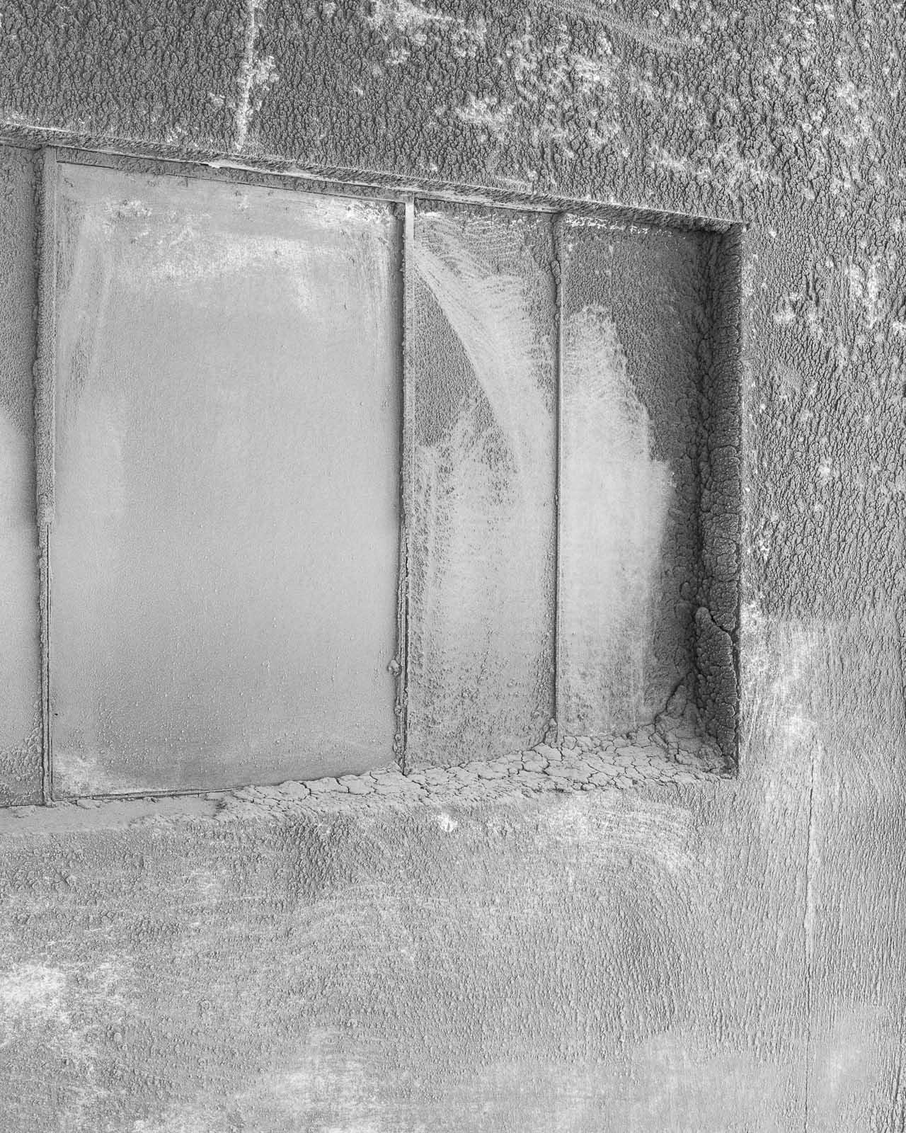 La belle coopérative construite en 1938 de Baraqueville, dans les Midi-Pyrénées. Sur le mur des lieux de chargement se sont déposées d'épaisses croutes de poussières de céréales. The beautiful cooperative built in 1938 in Baraqueville in the Midi-Pyrénées.  On the wall of the loading area were deposited thick crust of grain's dust.